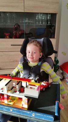 Kind in Rollstuhl