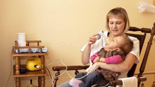 kinderintensivpflege patient und Pflegerin