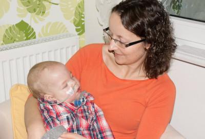 Kinderintensivpflegerin mit Kind