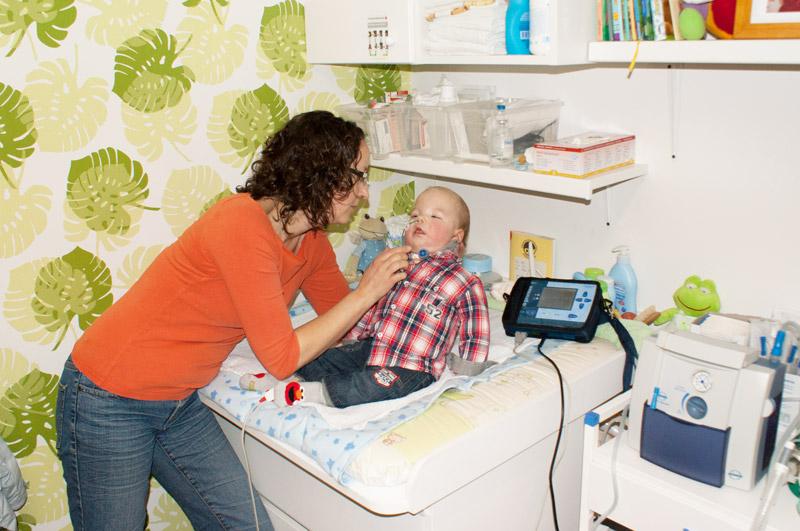 Kinderintensivpflege Kind wird versorgt
