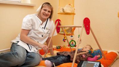kinderintensivpflege pflegerin spielt mit kind